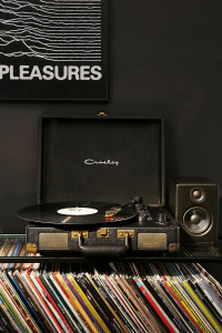 Crosley X UO Cruiser Briefcase Portable Vinyl Record Player – Urban Outfitters